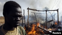 A SPLA soldier walks in a market destroyed in an air strike by the Sudanese air force in Rubkona near Bentiu, South Sudan, April 23, 2012. (Reuters)