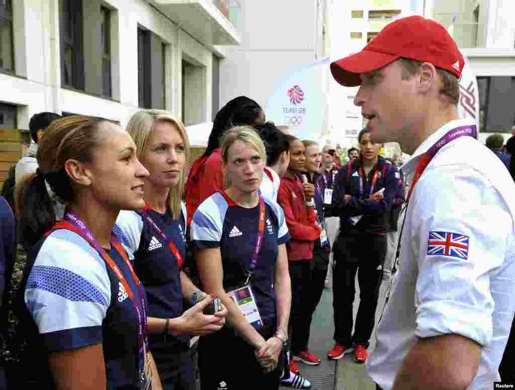 Принц Уильям беседует с британской бегуньей Джессикой Энни