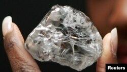 Un rare diamant blanc de 603 carats vendu pour 12,36 millions de dollars présenté lors d'une conférence de presse à Anvers, le 9 octobre 2006