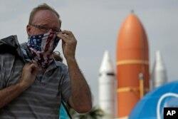 یک دیدارکننده در مرکز فضایی کندی در فلوریدا