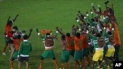 Kaptanê Zambîyayê Christopher Katongo (bi hevalên xwe re serkeftina tîma xwe pîroz dike. Stadyuma Bata. Sibat, 8, 2012.