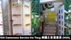 銅鑼灣書店大廈入口的展示櫃近日被清空,本來放置多本書店出售的中國政治禁書 (攝影:美國之音湯惠芸)