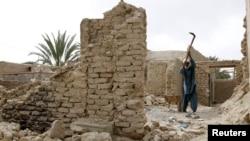 Seorang pria memperbaiki rumahnya yang rusak parah setelah gempa bumi melanda wilayah Saravan, 1.400 kilometer tenggara Teheran, April lalu (Foto: dok). Pemerintah Iran menyatakan gempa berkekuatan 6.2 SR kembali mengguncang wilayah selatan negara itu, Sabtu (11/5).