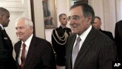 سی آئی اے ڈائرکٹر لی آن پنیٹا، دائیں، وزیر دفاع رابرٹ گیٹس کے ساتھ وائٹ ہاؤس کی ایک تقریب میں۔ فائل
