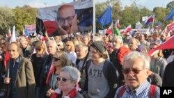 Des milliers de manifestants défilent à Varsovie, en Pologne, samedi 24 septembre 2016.,
