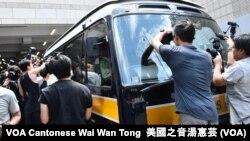大批記者追訪載送戴耀廷、陳健民等4名被告的囚車 (攝影﹕美國之音湯惠芸)