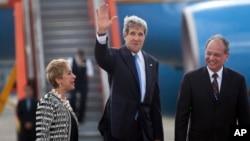 John Kerry llegó a la base militar La Aurora, en la ciudad de Guatemala. Su primer compromiso es una reunión con el presidente guatemalteco.
