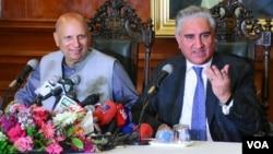 پاکستانی وزیر خارجہ شاہ محمود قریشی نیوز کانفرنس سے خطاب کر رہے ہیں