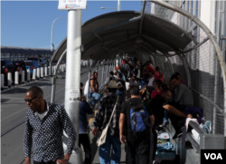 Migrants and regular border crossers are seen at the El Paso del Norte Bridge between Mexico and the U.S. The international bridge separates two border towns: El Paso in Texas from Ciudad Juarez in Mexico. (R. Taylor/VOA)