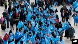 រូបឯកសារ៖ ជនជាតិភាគតិចអ៊ុយហ្គួរដែលរស់នៅប្រទេសតួកគីកាន់ទង់ដែលពួកគេហៅថា «East Turkestan» ក្នុងពេលធ្វើបាតុកម្មនៅទីក្រុងអ៊ីស្តង់ប៊ុល ប្រទេសតួកគី កាលពីខែវិច្ឆិកា ២០១៨ ជំទាស់នឹងការធ្វើទុកបុកម្នេញពីសំណាក់ចិន។