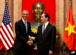 ប្រធានាធិបតីសហរដ្ឋអាមេរិក លោក បារ៉ាក់ អូបាម៉ា (ឆ្វេង) និង ប្រធានាធិបតីប្រទេសវៀតណាម លោក Tran Dai Quang ចាប់ដៃគ្នានៅវិមានប្រធានាធិបតីនាក្រុងហាណូយ ថ្ងៃច័ន្ទ ទី២៣ ខែឧសភា ឆ្នាំ២០១៦។ លោកប្រធានាធិបតីកំពុងធ្វើទស្សនកិច្ចរយៈពេល១សប្តាហ៍ទៅតំបន់អាស៊ី ដែលជាផ្នែក១នៃកិច្ចខិតខំប្រឹងប្រែងរបស់លោកដើម្បីបង្កើនការចាប់អារម្មណ៍ក្នុងតំបន់ និងពង្រឹងកិច្ចសហប្រតិបត្តិការខាងសេដ្ឋកិច្ច និងសន្តិសុខ។ (រូបភាព AP/Carolyn Kaster)