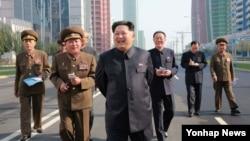 김정은 북한 국방위원회 제1위원장이 완공된 평양 미래과학자거리를 시찰했다고 조선중앙통신이 21일 보도했다. 김양건 노동당 비서(오른쪽 세번째)가 김정은 제 1위원장을 수행하고 있다.