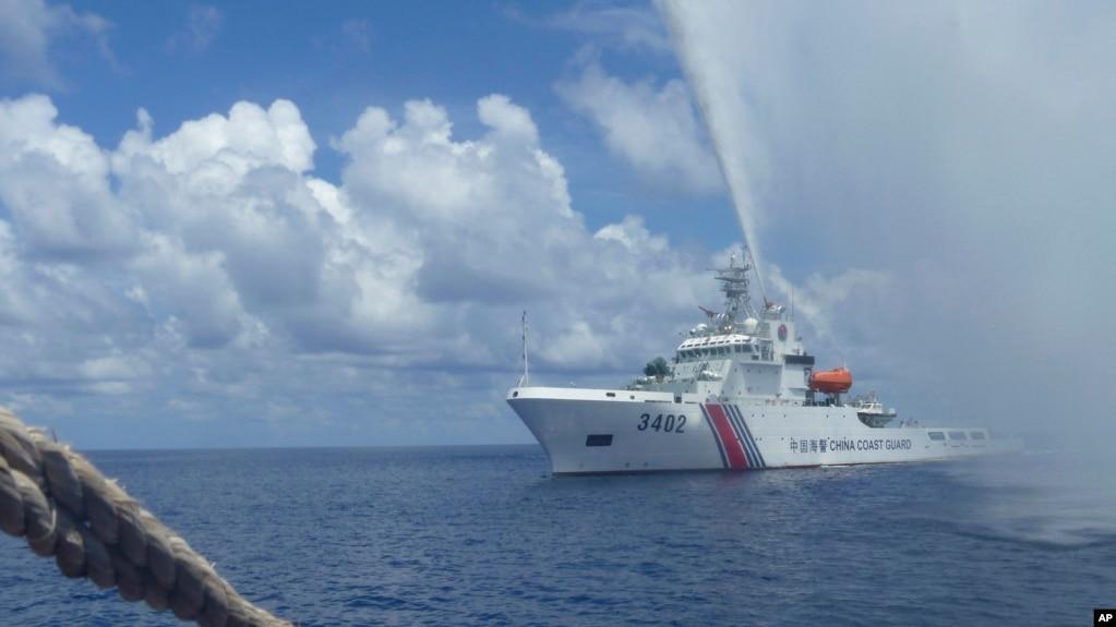 Tàu tuần dương Trung Quốc tiến vào tàu của ngư dân Philippines khi hai bên đối đầu nhau tại Bãi cạn Scarborough trên Biển Đông, mà Philippines gọi là Biển Tây Philippines (ảnh tư liệu ngày 23/9/2015).