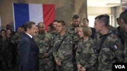 Presiden Perancis Nicolas Sarkozy menemui para anggota pasukan Perancis di Tora dalam kunjungan mendadak ke Afghanistan (12/7).