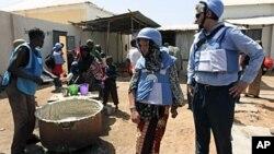 图为联合国工作人员1月19日在索马里首都摩加迪沙分发食物工作现场
