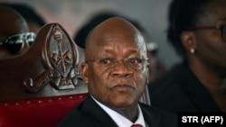 坦桑尼亞總統馬古富力參加為去世的前總統姆卡帕總統在姆卡帕家鄉村莊舉行的葬禮。(2020年7月29日)