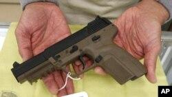 在加州只有执法人员可以购买的比利时造的FN型半自动手枪