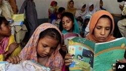 پشاور میں لڑکیوں کا یہ عارضی سکول اس وقت بنایا گیا جب شدت پسندوں نے ان کے مستقل سکول کو آگ لگا دی تھی
