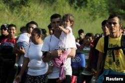 Muchos migrantes hondureños huyen de la pobreza y la violencia.