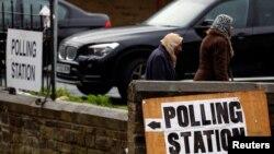 Pemilih berjalan melewati sebuah TPS di Bradford, Inggris pada 8 Juni 2017. Hasil pemilihan akan diketahui hari Jumat waktu setempat. REUTERS / Phil Noble
