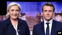 បេក្ខជនប្រធានាធិបតីបារាំងទាំងពីររូបនៃគណបក្សស្តាំនិយមអ្នកស្រី Marine Le Pen និងលោក Emmanuel Macron នៃគណបក្សកណ្តាលថតរូបមុនការពិភាក្សាតស៊ូមតិចាប់ផ្តើម។