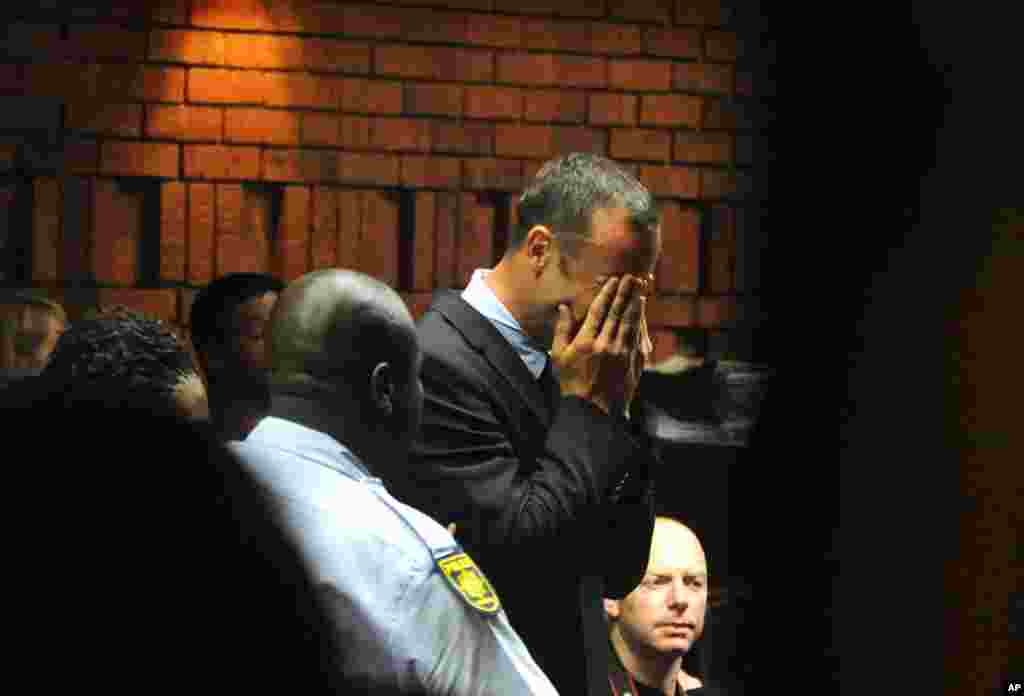 Oscar Pistorius weeps in court at his bail hearing in Pretoria, February 15, 2013.