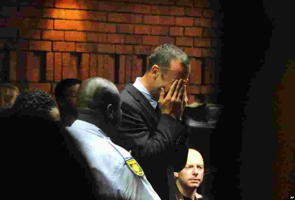 15일 법정 공판 중 얼굴을 감싸고 우는 오스카 피스토리우스.