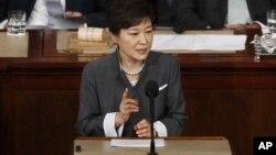 ທ່ານນາງ Park Geun-hye ປະທານາທິບໍດີເກົາຫລີໃຕ້ກ່າວຄຳປາໄສຕໍ່ກອງປະຊຸມຄົບຄະນະຂອງລັດຖະສະພາສະຫະລັດ ໃນວັນພຸດ ທີ 8 ພຶດສະພາ ທີ່ນະຄອນວໍຊິງຕັນ