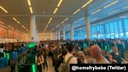 Сбой в системе привел к многочасовым очередям в нью-йоркском аэропорту JFK / Twitter: @homefrybebe