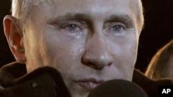 Thủ tướng Nga Vladimir Putin rơi nước mắt tại 1 cuộc mít tinh lớn ủng hộ ông ở Quảng trường Manezh bên ngoài điện Kremlin, Moscow, Chủ Nhật 4/3/1012