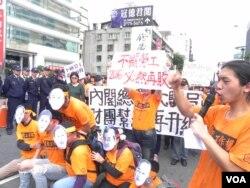 会场外面劳工组织抗议马政府忽视劳工 (美国之音许波拍摄)