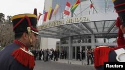 Miembros del regimiento General San Martín vigilan la entrada del hotel sede la reunión del Mercosur y Unasur.