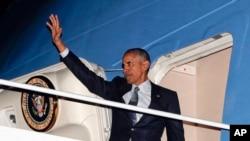 Presiden AS Barack Obama melambaikan tangannya ketika menaiki pesawat Air Force One (14/11) di pangkalan militer di Maryland.(AP/Pablo Martinez Monsivais)