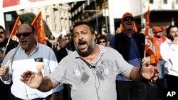 Công nhân Hy Lạp biểu tình chống lại việc cắt giảm ngân sách ở Athens ngày 10/11/2012 sau khi Quốc hội nước này thông qua các khoản cắt giảm mà các chủ nợ quốc tế yêu cầu để nhận được khoản tiền cứu nguy.