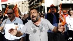 希臘工人在希臘議會大廈外集會抗議