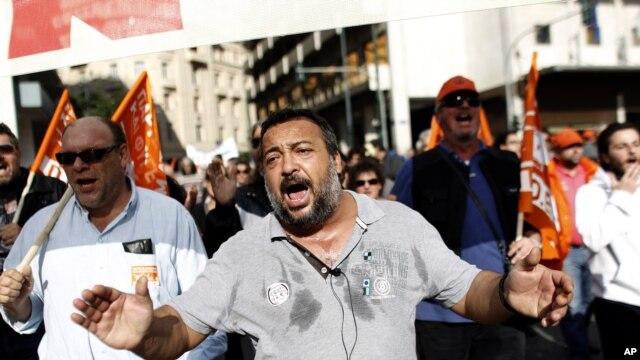 Công nhân Hy Lạp hô khẩu hiệu trong cuộc biểu tình chống cắt giảm ngân sách trước Quốc hội Hy Lạp tại Athens, ngày 10/11/2012.