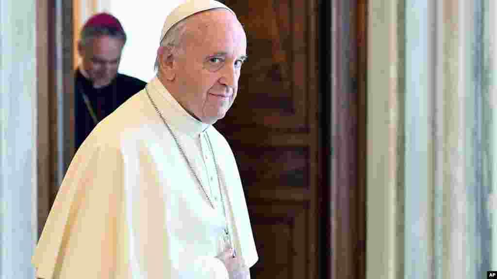 Le pape François regarde après son audience privée avec la chancelière allemande Angela Merkel, au Vatican, le 17 juin 2017.