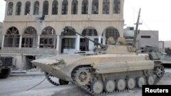 시리아 야브루드 북부 알사흘 마을에 진입한 시리아 정부군 탱크. 시리아 관영 SANA 통신이 공개한 사진이다.