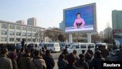 Người dân Bắc Triều Tiên theo dõi tin tức về vụ thử bom hydro ngày 6/1/2016.