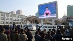 지난 1월 평양 시민들이 대형 화면으로 북한 당국의 수소폭탄 핵실험 성공 발표를 보고 있다. (자료사진)