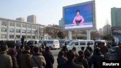 지난 1월 6일 평양 시민들이 대형 화면으로 북한 당국의 수소폭탄 핵실험 성공 발표를 보고 있다. (자료사진)