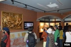 观众在2.28纪念馆内观看历史影片(美国之音申华拍摄)