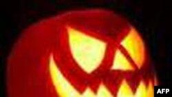 Lễ Halloween, một truyền thống mùa thu ca tụng mọi thứ gây ra sự sợ hãi. Khắc hình các bộ mặt vào những quả bí ngô là một phần chủ yếu trong truyền thống đó