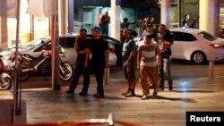 Polisi Israel mengamankan lokasi terjadinya penembakan di Tel Aviv, Rabu (8/6) malam.