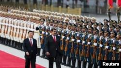 2018年9月14日,中国国家主席习近平和委内瑞拉总统马杜罗在北京的欢迎仪式上检阅仪仗队。