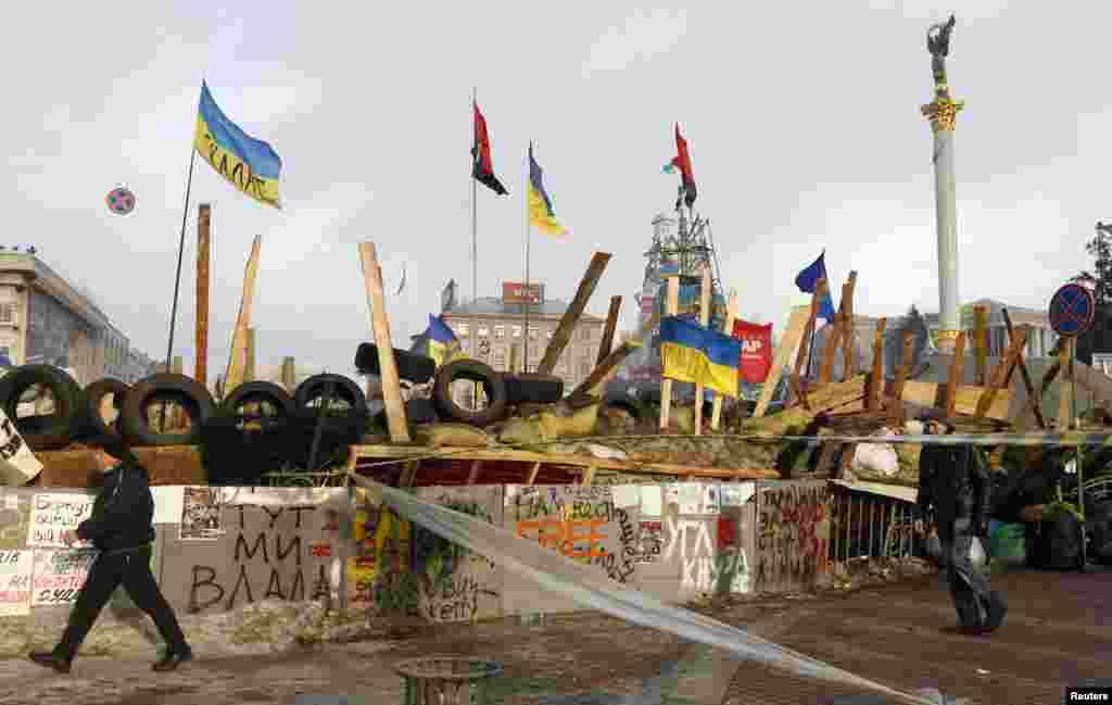 معترضان حامی رابطه با اروپا، موانع خیابانی را در مرکز کیف برپا کرده اند.