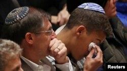 28일 펜실베니아주 피츠버그 대학의 육군·해군 기념관에서 '유대교 회당 총기난사' 희생자 추모식이 열렸다.