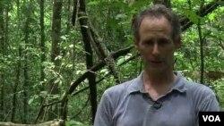 Stefan Schnitzer estudia las enredaderas o bejucos leñosos, unos parásitos que requieren de los árboles para sobrevivir.