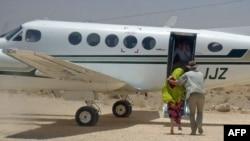 Wata mace 'yar Ingila da akayi garkuwa da ita a Somalia, ake rakata ta shiga jirgi, bayan an sakota.