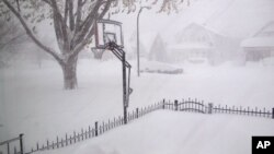 Delovi savezne države Njujork potpuno su zavejani snegom